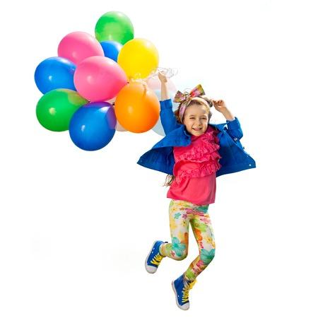 Roztomilá holčička s balónky skákání. Izolované bílém pozadí. Štěstí, módní koncept