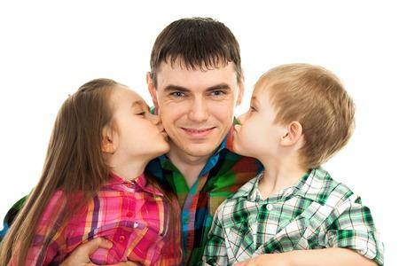 Šťastná dcera a syn líbání jejich otce izolované bílém pozadí. Otcové den, rodinnou dovolenou, prázdniny