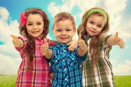 Roztomilé módní děti ukazuje palec nahoru Módní a přátelství koncepce Reklamní fotografie