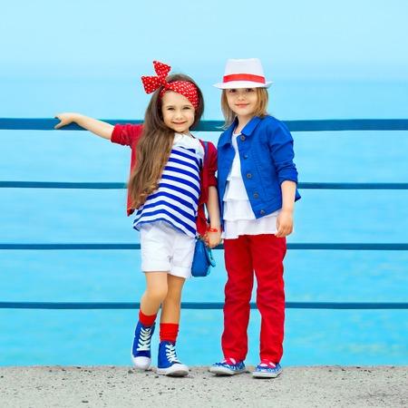mode: Fashion kinderen rusten op de zee vakantie, vriendschap, modieuze begrip
