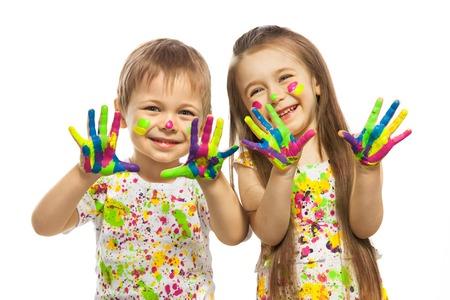 흰색 배경에 고립 다채로운 페인트로 칠한 손으로 재미있는 어린 소녀와 소년