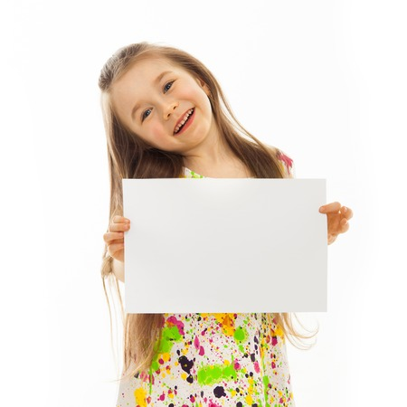 La petite fille mignonne avec une feuille de papier blanc isolé sur fond blanc