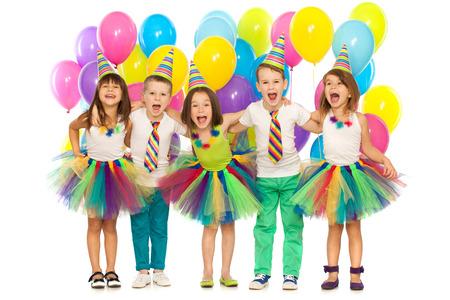 Skupina veselých malé děti baví na narozeninovou oslavu. Samostatný na bílém pozadí. Svátky, narozeniny koncepce.