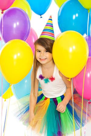 Šťastné malé dítě dívka s barevné balónky na narozeninovou oslavu. Svátky, narozeniny koncepce. Reklamní fotografie