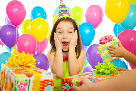 celebra: Pequeño alegre cabrito recibir regalos en la fiesta de cumpleaños. Vacaciones, concepto cumpleaños.