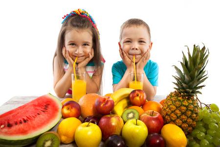 eten: Gelukkige kinderen met fruit, gezond eten kids concept. Geïsoleerd op een witte achtergrond.