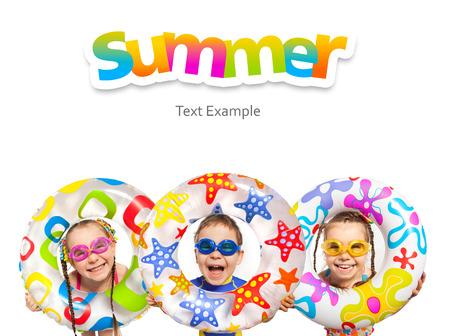 Šťastné děti dívat z nafukovacím kruhu. Samostatný na bílém pozadí. Dovolená, léto, moře koncept. Reklamní fotografie