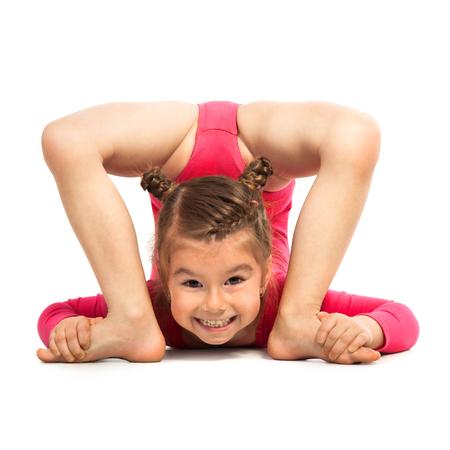 gymnastique: Flexible petite fille gymnaste faisant acrobatie, isolé sur fond blanc. Sport, concept de style de vie actif