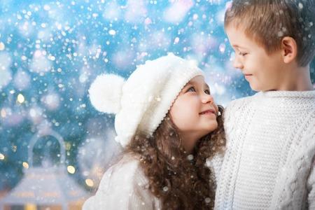 ragazza innamorata: Bambini felici ragazza e ragazzo a guardare l'altro in una passeggiata invernale. Bambini svegli all'aperto. Primo amore.