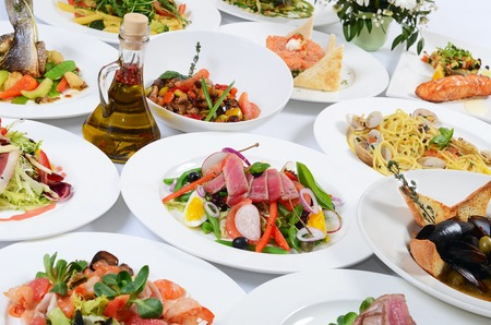 fiesta: Buffet en el restaurante con comidas diferentes Foto de archivo