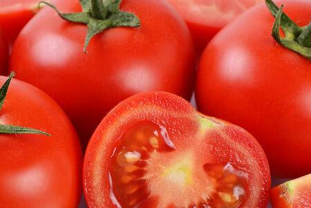 tomate: Les tomates fra�ches rouges coup�s. Fermer Banque d'images