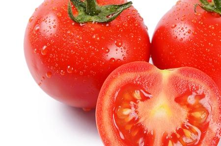 tomates: Rouges tomates fraîches, isolées sur fond blanc