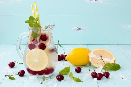 해독 과일 체리, 레몬, 민트 맛을 낸 물을 주입. 상쾌한 여름 집에서 만드는 칵테일. 깨끗한 먹는 스톡 콘텐츠