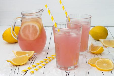 Verfrissende roze limonade op wit oude vintage houten achtergrond