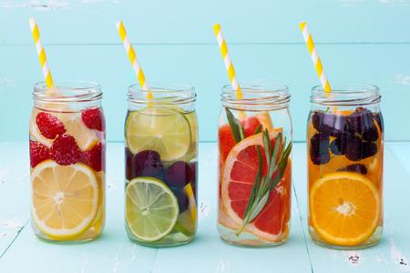 Detox fruit doordrenkt gearomatiseerd water. Verfrissende zomer zelfgemaakte cocktail