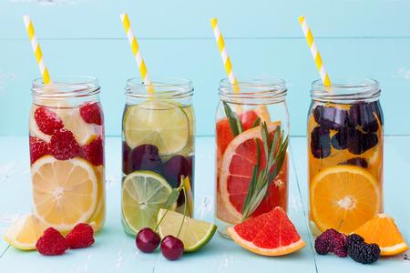 해독 과일 맛을 낸 물을 주입. 상쾌한 여름 홈 메이드 칵테일