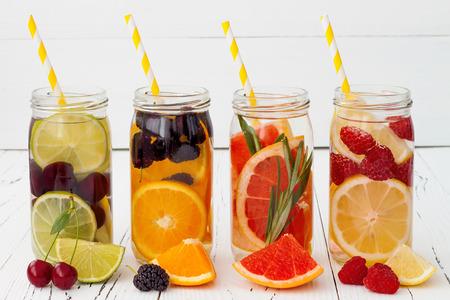 Detox Fruchtgeschmack Wasser aufgegossen. Erfrischende Sommerhausgemachten Cocktail