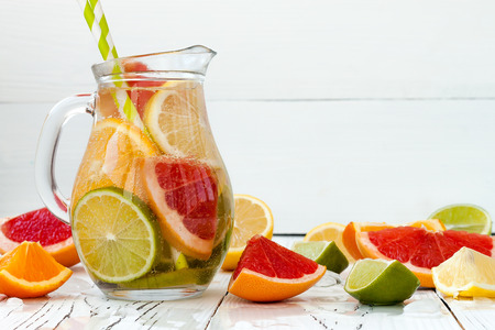 citricos: Detox citrus infused flavored water. Refreshing summer homemade cocktail with lemon, lime, orange and grapefruit Foto de archivo