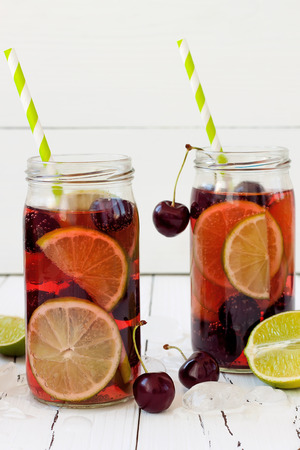 Summer refreshing homemade lemonade with cherry and lime 版權商用圖片