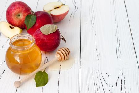 リンゴと蜂蜜、ロッシュ Hashana - ユダヤ人の新年の伝統的な料理。Copyspace 背景