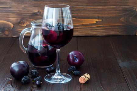 자두와 열매와 블랙 sangria입니다. 공간 배경 복사