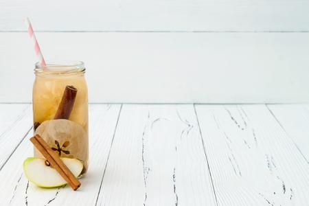 Detox fruit doordrenkt gearomatiseerd water. Verfrissende zomer zelfgemaakte cocktail. Schoon eten. Copy ruimte achtergrond Stockfoto
