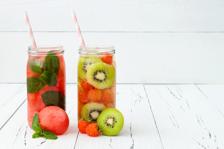 comiendo fruta: Detox fruta infundida agua saborizada. Refrescante verano c�ctel casero. Comer limpio. Copiar espacio de fondo Foto de archivo