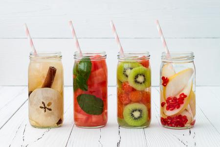 Detox fruit toegediend gearomatiseerd water. Verfrissende zomer zelfgemaakte cocktail. clean eten