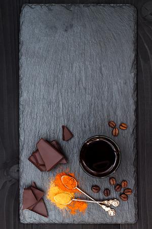 Mexicaanse kruidige warme chocolademelk met chili peper en kaneel. Bovenaanzicht frome hierboven, kopie ruimte. Stockfoto