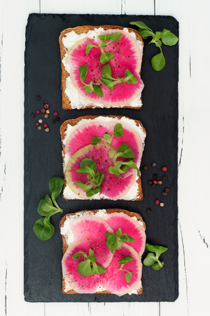 pain: Bruschetta with goat cheese, watermelon radish and corn salad