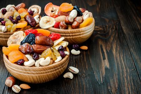 말린 과일 및 견과류 복사본 공간이 어두운 나무 배경에 믹스. 유태인 휴일 Tu Bishvat의 상징