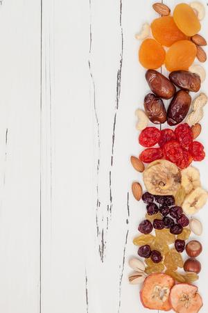 ドライ フルーツやコピー スペースを持つヴィンテージ木製白地にナッツのミックス。平面図です。ユダヤ人の休日 Tu Bishvat のシンボル