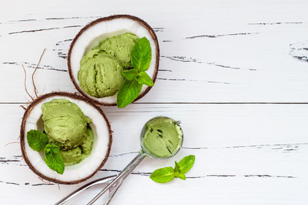 Groene thee matcha mint ijs met chocolade en kokosmelk Stockfoto