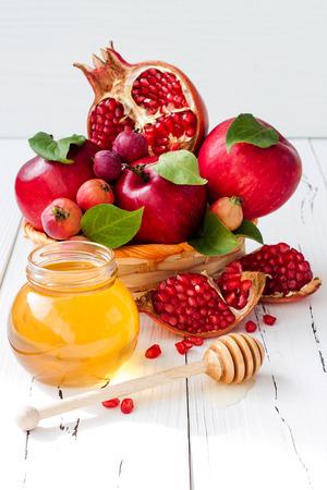 リンゴと蜂蜜、ロッシュ Hashana - ユダヤ人の新年の伝統的な料理。スペースの背景をコピーします。 写真素材 - 62101694