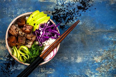 Hawaiian tonijn poke kom met zeewier, avocado, rode kool, radijs en zwarte sesamzaadjes Stockfoto - 62101703