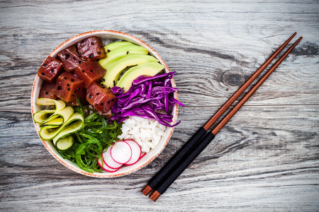 Hawaiian tuna poke bowl with seaweed, avocado, red cabbage, radishes and black sesame seeds Zdjęcie Seryjne - 62101711