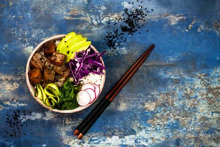 Hawaiian tonijn poke kom met zeewier, avocado, rode kool, radijs en zwarte sesamzaadjes Stockfoto