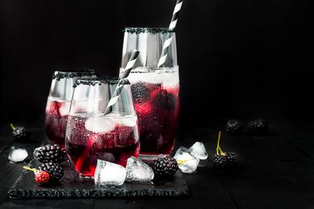 Bevanda Blackberry in bicchieri con orlo di zucchero nero per l'autunno e feste di Halloween Archivio Fotografico - 64117099