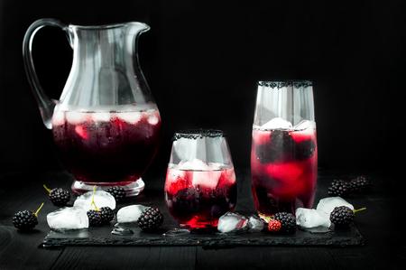 Bevanda di Blackberry in vetri con bordo di zucchero nero per la caduta e feste di halloween Archivio Fotografico - 64117252
