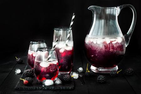 bevanda Blackberry in bicchieri con orlo di zucchero nero per l'autunno e feste di Halloween