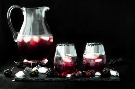 Bevanda Blackberry in bicchieri con orlo di zucchero nero per l'autunno e feste di Halloween Archivio Fotografico - 64117468