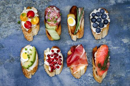 미니 샌드위치 음식입니다. 브루스케타 점심 테이블에 대한 본격적인 전통 스페인어 타파스. 맛있는 간식, 전채, 파티 나 피크닉 시간에 전채. 평면도. 스톡 콘텐츠