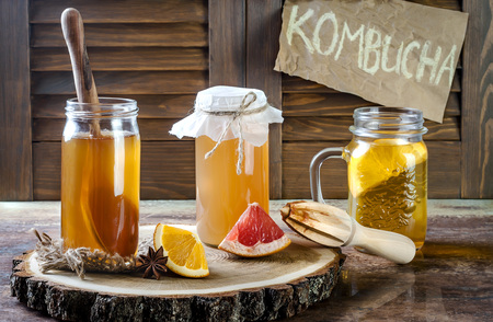 Zelfgemaakte gefermenteerde rauwe kombuchathee met verschillende aroma's. Gezonde natuurlijke probiotische drank met smaak. Ruimte kopiëren