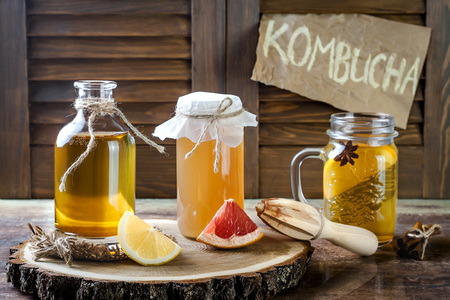 Homemade fermented raw kombucha tea with different flavorings. Healthy natural probiotic flavored drink. Copy space 版權商用圖片 - 72558424