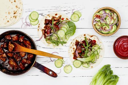 韓国の低速調理アジア キュウリ スローとシラチャー牛肉タコス ケチャップ。フラット トップ ビュー レイアウト、コピー スペース