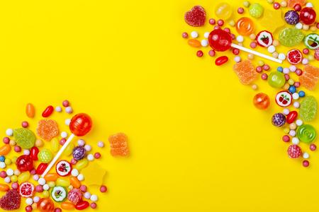 黄色の背景でコピー スペースにお菓子の種類