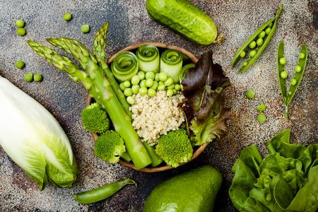 escarola: Vegan, detox green Buddha bowl recipe with quinoa, cucumber, broccoli, asparagus and sweet peas. Top view, flat lay