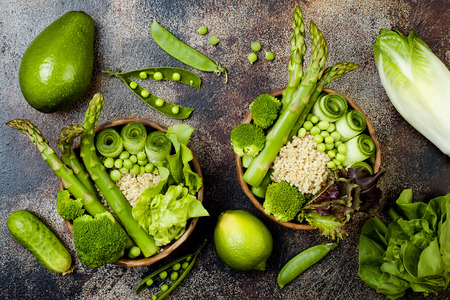 escarola: Vegan, detox green Buddha bowl recipe with quinoa, cucumber, broccoli, asparagus and sweet peas.
