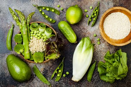 escarola: Vegan, desintoxicación receta Buda verde tazón con quinua, pepino, brócoli, espárragos y arvejas. Vista superior, plano