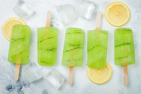 Ghiaccioli di succo di limone cetriolo disintossicante con ribes bianco. Vista dall'alto, lavagna luminosa. Archivio Fotografico - 84082304